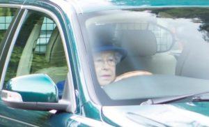 Na mesma semana em que a Nissan fez uma linda homenagem aos idosos que perderam a sua habilitação, a rainha Elizabeth foi flagrada dirigindo o seu Jaguar aos 91 anos. Com um detalhe, ela é a unica pessoa que pode dirigir sem habilitação.